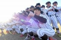 センバツ出場が決まり、喜ぶ日章学園の選手たち=宮崎市で2019年1月25日、津村豊和撮影