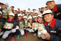 センバツ出場が決定し、学校で作る野菜を手に笑顔を見せる石岡一の選手たち=茨城県石岡市で2019年1月25日午後、尾籠章裕撮影