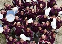 センバツ出場が決まり、帽子を投げて喜ぶ富岡西の選手たち=徳島県阿南市の同校グラウンドで2019年1月25日、猪飼健史撮影