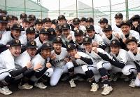 出場が決まり、ガッツポーズする選手たち=高松市松島町1の高松商で2019年1月25日、潟見雄大撮影