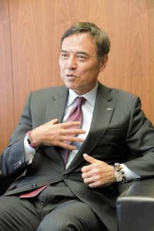 インタビューに答えるサントリーHDの新浪剛史社長=藤渕志保撮影