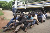 警察に逮捕され、裁判所に連行された抗議行動の参加者ら=ハラレ市内で1月16日、AP