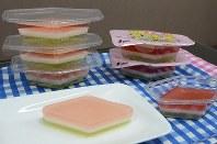 学校給食に出た「菱形三色ゼリー」。左が京都市仕様、右が全国展開のもの=大阪市淀川区のヤヨイサンフーズ近畿支店で
