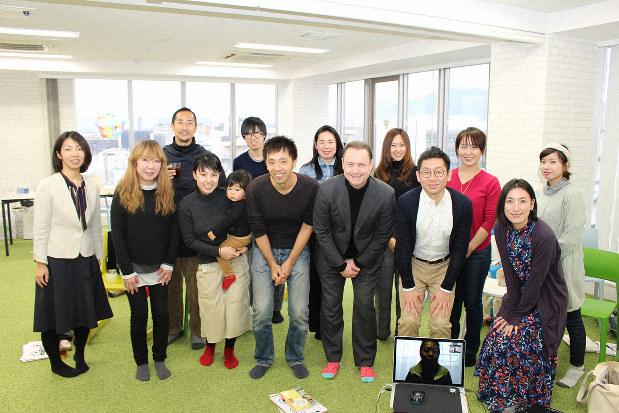 社会貢献について考えるイベントに参加するため「とびら」に集った参加者と夢びとの中田俊社長(前列右から4人目)