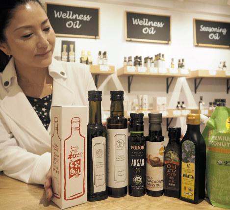 オイルファーマシーで扱っている数百種類の商品からオイルソムリエのAKIさんが勧めてくれた食用油=東京都港区で
