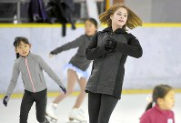 引退後初めて来日し、スケート教室で子どもたちと滑るユリア・リプニツカヤさん(右)=東京都新宿区の明治神宮外苑アイススケート場で2019年1月27日、手塚耕一郎撮影