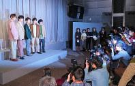 Members of the Japanese pop band Arashi attend a press conference in Tokyo's Minato Ward on Jan. 27, 2019. From left to right, Masaki Aiba, Jun Matsumoto, Satoshi Ono, Sho Sakurai and Kazunari Ninomiya. (Mainichi/Naoaki Hasegawa)