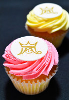 A pair of cupcakes, which was given to members of the media at a press conference by Japanese pop band Arashi, is seen in Tokyo's Chiyoda Ward on Jan. 27, 2019. (Mainichi/Naoki Watanabe)
