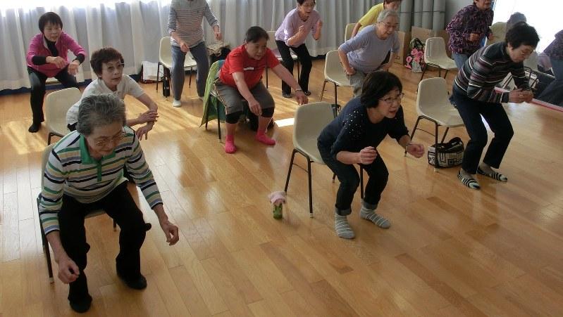 椅子から立ち上がる運動に取り組む人たち