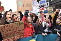 温暖化対策の強化を訴えるため、授業をボイコットしてデモに参加したベルギーの中高生たち=ブリュッセルの中央駅前で2019年1月24日、八田浩輔撮影