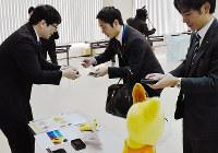 販路拡大につなげようと交流する担当者ら=松江市母衣町の松江商工会議所で、鈴木周撮影