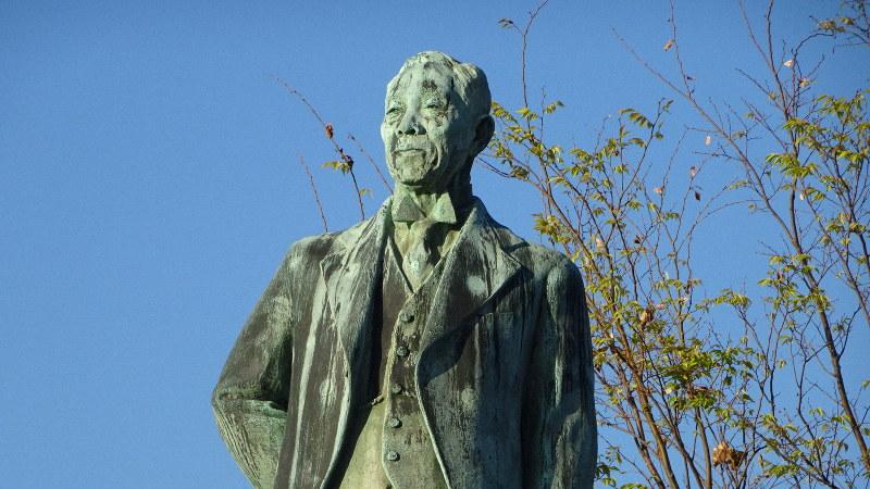 岡野公園に建つ岡野喜太郎翁寿像=静岡県沼津市で2018年11月、今沢真撮影