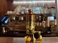 完成しグラスに注がれた黒バルサム=ラトビア・バルザムズ社提供