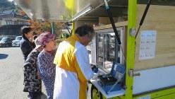 店が少ない地域で食料品を移動販売する事業者=大分県中津市で2018年11月