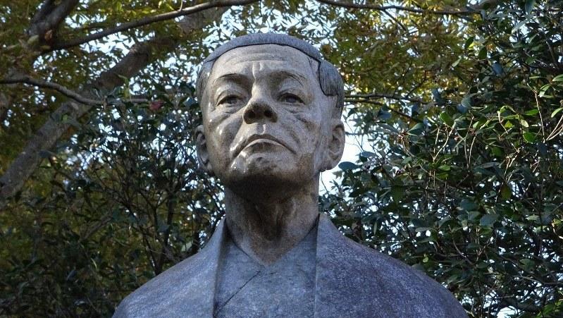 井上靖文学館の前に建つ岡野喜一郎・3代目頭取の像=静岡県長泉町で2018年11月、今沢真撮影