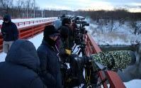 タンチョウを見ようと早朝から集まる観光客や写真愛好家ら=北海道鶴居村で2019年1月25日、貝塚太一撮影