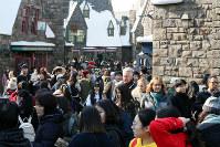 多くの外国人入場者らでにぎわうユニバーサル・スタジオ・ジャパン=大阪市此花区で2017年12月19日、幾島健太郎撮影