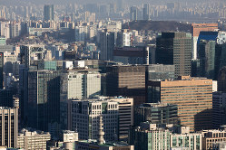 2019年の国内総生産(GDP)成長率見通しが下方修正され、ソウルの街並みにも閉塞感が漂うのか(Bloomberg)