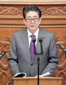 眼鏡をかけ衆院代表質問で答弁する安倍晋三首相=国会内で2019年1月31日、川田雅浩撮影