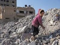 崩れた建物に埋まっていた鉄くずを集めるマナールちゃん(4)=シリア・ラッカで2019年1月、フォトジャーナリストの安田菜津紀さん撮影