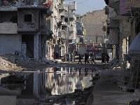 破壊の爪痕が色濃く残るラッカ市街地。雨の後は水はけが悪く、至る所が池のようになる=シリア・ラッカで2019年1月、フォトジャーナリストの安田菜津紀さん撮影
