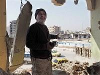 自宅が破壊されてしまったバシールさん(45)。窓から見えていた美しい広場は、IS支配下では処刑場と化していた=シリア・ラッカで2019年1月、フォトジャーナリストの安田菜津紀さん撮影