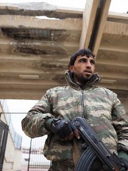 かつて拷問部屋に1年以上とらわれていた青年は兵士としてスタジアムの警備にあたっている=シリア・ラッカで2019年1月、フォトジャーナリストの安田菜津紀さん撮影
