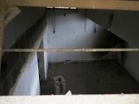 サッカースタジアムの地下は拷問部屋として使われ、今でも囚人をつるしていた器具が天井に残る=シリア・ラッカで2019年1月、フォトジャーナリストの安田菜津紀さん撮影