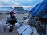 ラッカから逃れ、難民キャンプでの生活が続くジャミーラさん。経済的に厳しい家族がキャンプに取り残されていく=シリア・アインイッサで2019年1月、フォトジャーナリストの安田菜津紀さん撮影