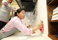 台所を掃除するフィリピン人のアナリン・レデスマさん=大阪市東淀川区で2019年1月24日、梅田麻衣子撮影