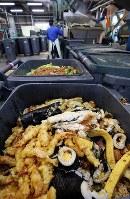 集められた恵方巻きなどの食品廃棄物=相模原市中央区で2019年2月3日午前11時8分、小川昌宏撮影