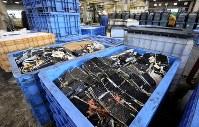 廃棄され、コンテナの中に積まれた恵方巻きの材料と見られる食品廃棄物=相模原市中央区で2019年2月3日午前11時59分、小川昌宏撮影