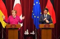 日独首脳会談を終え、並んで記者会見するドイツのメルケル首相(左)と、安倍晋三首相=首相官邸で2019年2月4日午後7時19分、手塚耕一郎撮影
