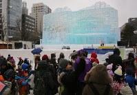 子どもや観光客でにぎわう大通会場。奥は大氷像「台湾-玉山と高雄駅」=札幌市中央区で2019年2月4日午前9時50分、貝塚太一撮影