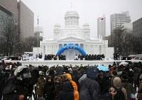 大雪像「ヘルシンキ大聖堂」の前で行われた開会式=札幌市中央区で2019年2月4日午前10時27分、貝塚太一撮影