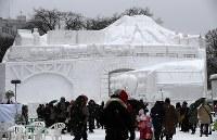 大きさも形もさまざまな雪像や氷像が並ぶ大通会場=札幌市中央区で2019年2月4日午前10時33分、貝塚太一撮影