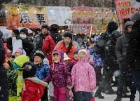 大氷像「台湾-玉山と高雄駅」を見上げ、歓声を上げる子どもたち=札幌市中央区で2019年2月4日午前10時17分、貝塚太一撮影