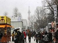 雪の降る中で始まった大通会場での「さっぽろ雪まつり」=札幌市中央区で2019年2月4日午前10時9分、貝塚太一撮影