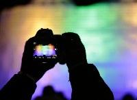 ライトアップされた大氷像「台湾・玉山と高雄駅」を映すデジタルカメラの画像=札幌市中央区で2019年2月4日午後6時27分、貝塚太一撮影