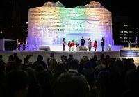 ライトアップされた大氷像「台湾・玉山と高雄駅」前のイベントに集まる観光客ら=札幌市中央区で2019年2月4日午後7時2分、貝塚太一撮影