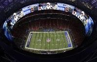 試合開始を待つ「メルセデス・ベンツ・スタジアム」最上部には、360度の超大型スクリーンが設置されている=米ジョージア州アトランタで2019年2月3日、AP