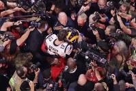 スーパーボウル【ラムズ・ペイトリオッツ】試合終了後、カメラマンに取り巻かれ、抱き合うペイトリオッツQBブレイデイとラムズQBゴフ=米ジョージア州アトランタで2019年2月3日、AP