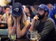 スーパーボウル【ラムズ・ペイトリオッツ】ペイトリオッツに敗れ、顔を覆うラムズの女性ファン=2019年2月3日、AP