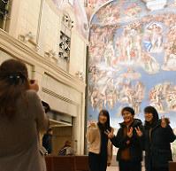 米津玄師さんが紅白で歌を披露したシスティーナ・ホールで記念撮影するファンら=徳島県鳴門市鳴門町の大塚国際美術館で、松山文音撮影