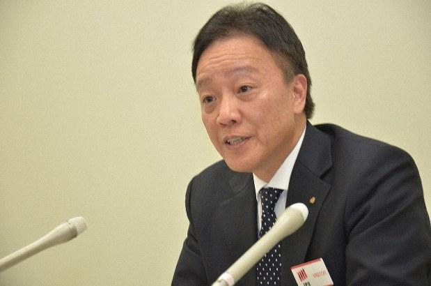 決算発表するTDKの山西哲司常務執行役員