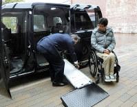 スロープの組み立て作業を簡素化したトヨタ自動車の「ジャパンタクシー」=名古屋市西区で2019年1月31日、小倉祥徳撮影