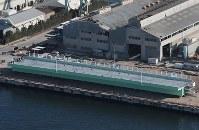 報道公開された関西国際空港連絡橋の橋桁=堺市堺区で2019年2月5日午前10時7分、本社ヘリから小出洋平撮影