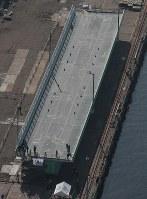 報道公開された関西国際空港連絡橋の橋桁=堺市堺区で2019年2月5日午前10時14分、本社ヘリから小出洋平撮影