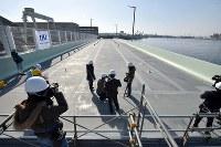 報道公開された関西国際空港連絡橋の橋桁=堺市堺区で2019年2月5日午前10時11分、平川義之撮影