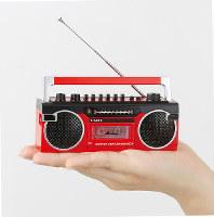 手のひらサイズだが、ラジオを受信可能=同社提供